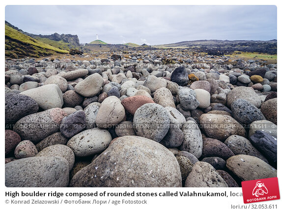 High boulder ridge composed of rounded stones called Valahnukamol, located next to Valahnukur cliff in Reykjanesskagi - Southern Peninsula, Iceland. Стоковое фото, фотограф Konrad Zelazowski / age Fotostock / Фотобанк Лори
