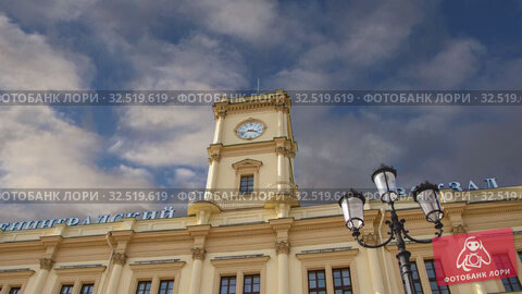 Historic building of the Leningradsky railway station (on the background of moving clouds) -- is one of the nine main railway stations of Moscow, Russia. Стоковое видео, видеограф Владимир Журавлев / Фотобанк Лори