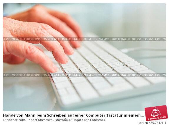 Hände von Mann beim Schreiben auf einer Computer Tastatur in einem... Стоковое фото, фотограф Zoonar.com/Robert Kneschke / age Fotostock / Фотобанк Лори