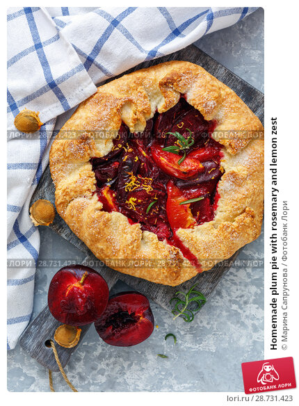 Купить «Homemade plum pie with rosemary and lemon zest», фото № 28731423, снято 29 июня 2018 г. (c) Марина Сапрунова / Фотобанк Лори