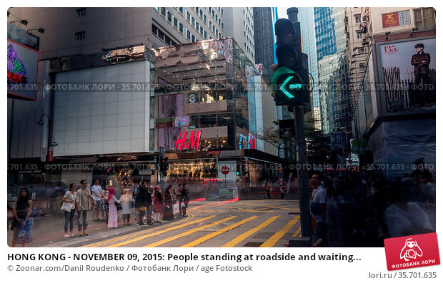 HONG KONG - NOVEMBER 09, 2015: People standing at roadside and waiting... Стоковое фото, фотограф Zoonar.com/Danil Roudenko / age Fotostock / Фотобанк Лори