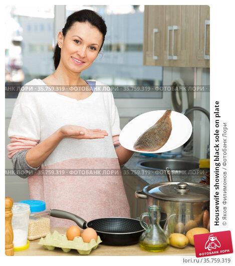 Housewife showing black sole on plate. Стоковое фото, фотограф Яков Филимонов / Фотобанк Лори
