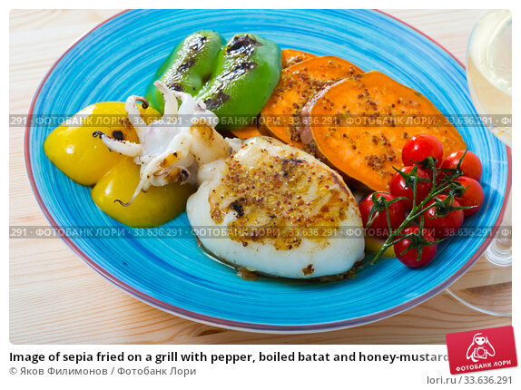 Купить «Image of sepia fried on a grill with pepper, boiled batat and honey-mustard sauce», фото № 33636291, снято 13 июля 2020 г. (c) Яков Филимонов / Фотобанк Лори