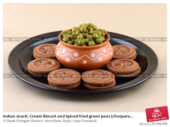 Indian snack: Cream Biscuit and Spiced fried green peas {chatpata... Стоковое фото, фотограф Dipak Chhagan Shelare / easy Fotostock / Фотобанк Лори