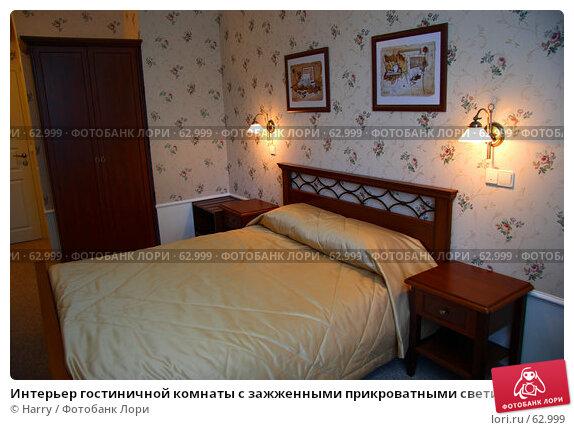 Интерьер гостиничной комнаты с зажженными прикроватными светильниками, фото № 62999, снято 24 июня 2007 г. (c) Harry / Фотобанк Лори