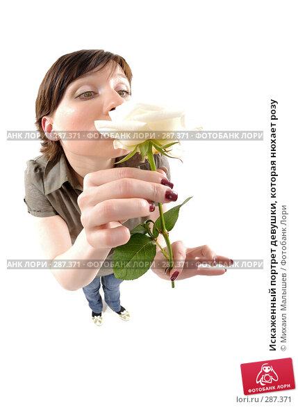 Купить «Искаженный портрет девушки, которая нюхает розу», фото № 287371, снято 12 мая 2008 г. (c) Михаил Малышев / Фотобанк Лори