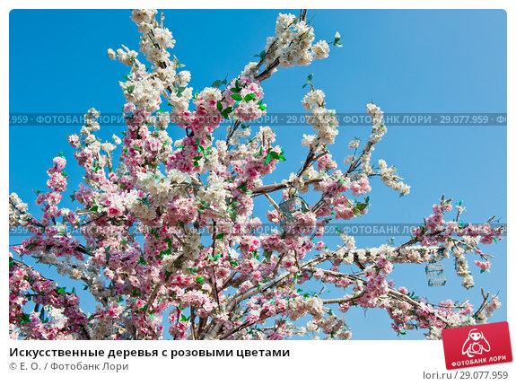 Купить «Искусственные деревья с розовыми цветами», фото № 29077959, снято 2 сентября 2018 г. (c) Екатерина Овсянникова / Фотобанк Лори