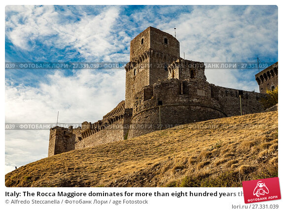 Купить «Italy: The Rocca Maggiore dominates for more than eight hundred years the citadel of Assisi and the valley of the Tescio, constituting the most valid fortification for their defense.», фото № 27331039, снято 4 сентября 2017 г. (c) age Fotostock / Фотобанк Лори