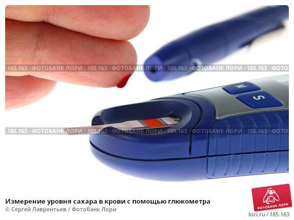 Измерение уровня сахара в крови с помощью глюкометра, фото № 185163, снято 3 ноября 2007 г. (c) Сергей Лаврентьев / Фотобанк Лори