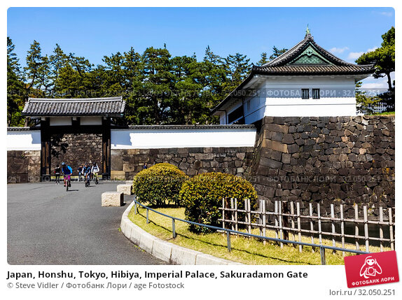 Japan, Honshu, Tokyo, Hibiya, Imperial Palace, Sakuradamon Gate. Стоковое фото, фотограф Steve Vidler / age Fotostock / Фотобанк Лори