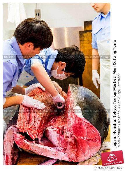 Japan, Honshu, Tokyo, Tsukiji Market, Men Cutting Tuna. Стоковое фото, фотограф Steve Vidler / age Fotostock / Фотобанк Лори
