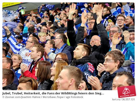 Jubel, Trubel, Heiterkeit, die Fans der WildWings feiern den Sieg... Стоковое фото, фотограф Zoonar.com/Joachim Hahne / age Fotostock / Фотобанк Лори