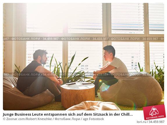 Junge Business Leute entspannen sich auf dem Sitzsack in der Chill... Стоковое фото, фотограф Zoonar.com/Robert Kneschke / age Fotostock / Фотобанк Лори