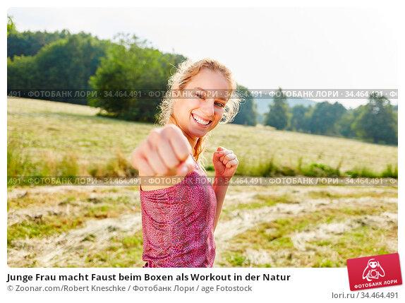 Junge Frau macht Faust beim Boxen als Workout in der Natur. Стоковое фото, фотограф Zoonar.com/Robert Kneschke / age Fotostock / Фотобанк Лори