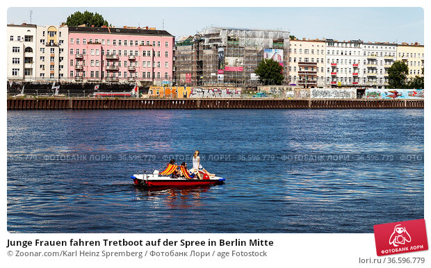 Junge Frauen fahren Tretboot auf der Spree in Berlin Mitte. Стоковое фото, фотограф Zoonar.com/Karl Heinz Spremberg / age Fotostock / Фотобанк Лори