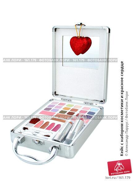 Кейс с набором косметики и красное сердце, фото № 161179, снято 25 июня 2007 г. (c) Александр Паррус / Фотобанк Лори
