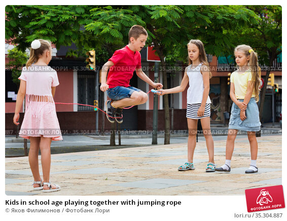 Kids in school age playing together with jumping rope. Стоковое фото, фотограф Яков Филимонов / Фотобанк Лори