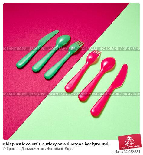 Kids plastic colorful cutlery on a duotone background. Стоковое фото, фотограф Ярослав Данильченко / Фотобанк Лори