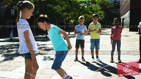 Купить «Kids skipping on chinese jumping elastic rope in yard», видеоролик № 32251723, снято 7 июня 2019 г. (c) Яков Филимонов / Фотобанк Лори