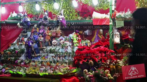 Купить «Kiosk with traditional Christmas gifts in evening.», видеоролик № 14901399, снято 30 ноября 2015 г. (c) Яков Филимонов / Фотобанк Лори