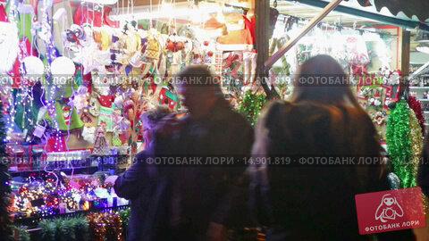 Купить «Kiosk with traditional Christmas gifts in evening.», видеоролик № 14901819, снято 30 ноября 2015 г. (c) Яков Филимонов / Фотобанк Лори