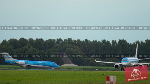 Купить «KLM Cityhopper Embraer 190 departure», видеоролик № 30948835, снято 24 июля 2017 г. (c) Игорь Жоров / Фотобанк Лори