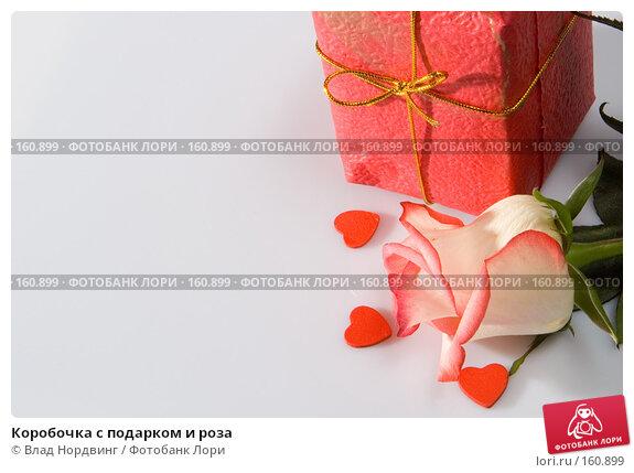 Купить «Коробочка с подарком и роза», фото № 160899, снято 22 апреля 2018 г. (c) Влад Нордвинг / Фотобанк Лори
