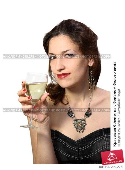 Красивая брюнетка с бокалом белого вина, фото № 299275, снято 25 мая 2008 г. (c) Лидия Рыженко / Фотобанк Лори