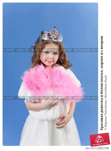 Красивая девочка в белом платье, короне и с веером. Стоковое фото, фотограф Марина Теплякова / Фотобанк Лори