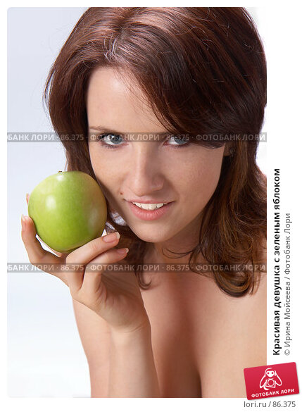 Красивая девушка с зеленым яблоком, фото № 86375, снято 20 сентября 2007 г. (c) Ирина Мойсеева / Фотобанк Лори
