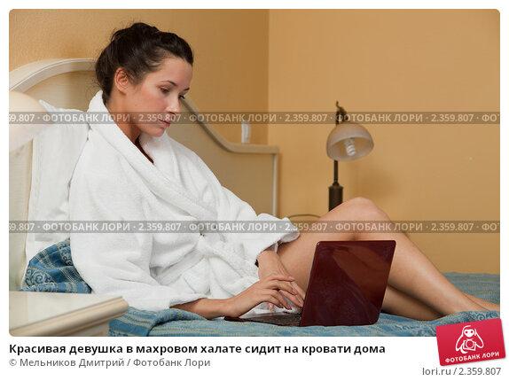 dlinnim-devushka-v-halate-masturbiruet-na-krovati