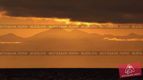 Купить «Красивый вечерний морской пейзаж, облака, подсвеченные солнцем на закате, с видом на горы на горизонте», видеоролик № 30876015, снято 20 мая 2019 г. (c) А. А. Пирагис / Фотобанк Лори