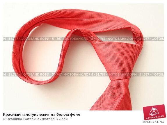Красный галстук лежит на белом фоне, фото № 51767, снято 8 декабря 2006 г. (c) Останина Екатерина / Фотобанк Лори