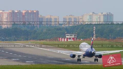 Landing and braking an airliner. Редакционное видео, видеограф Игорь Жоров / Фотобанк Лори