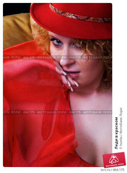 Черная телка в красной шляпе сосет