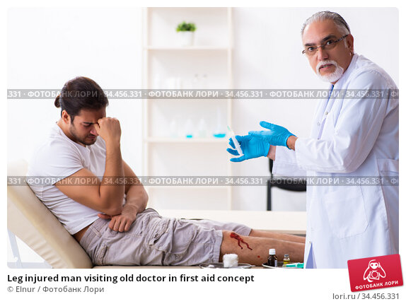 Leg injured man visiting old doctor in first aid concept. Стоковое фото, фотограф Elnur / Фотобанк Лори