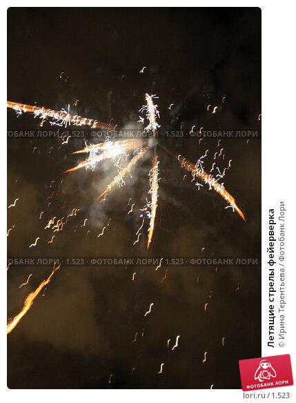 Летящие стрелы фейерверка, эксклюзивное фото № 1523, снято 8 октября 2005 г. (c) Ирина Терентьева / Фотобанк Лори
