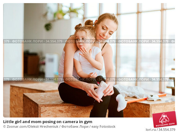 Little girl and mom posing on camera in gym. Стоковое фото, фотограф Zoonar.com/Oleksii Hrecheniuk / easy Fotostock / Фотобанк Лори