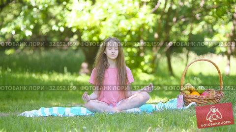 Little girl in yoga position in the park. Стоковое видео, видеограф Дмитрий Травников / Фотобанк Лори