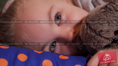 Little girl's head falls back on the soft pillows and the baby falls asleep. Стоковое видео, видеограф Константин Мерцалов / Фотобанк Лори