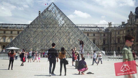 Купить «Louvre museum, fountain. Tourists take pictures with Pyramids on the square», видеоролик № 28629179, снято 7 июня 2018 г. (c) Ирина Мойсеева / Фотобанк Лори