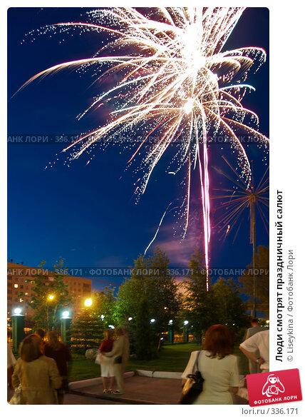 Люди смотрят праздничный салют, фото № 336171, снято 12 июня 2008 г. (c) Liseykina / Фотобанк Лори