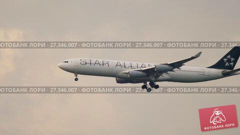 Купить «Lufthansa Airbus 340 approaching», видеоролик № 27346007, снято 18 июля 2017 г. (c) Игорь Жоров / Фотобанк Лори