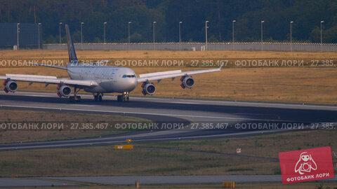 Купить «Lufthansa Airbus 340 landing», видеоролик № 27385467, снято 19 июля 2017 г. (c) Игорь Жоров / Фотобанк Лори