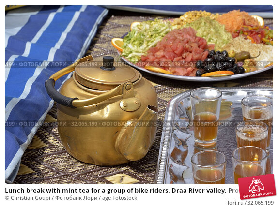 Lunch break with mint tea for a group of bike riders, Draa River valley, Province of Zagora, Region Draa-Tafilalet, Morocco, North West Africa. Стоковое фото, фотограф Christian Goupi / age Fotostock / Фотобанк Лори