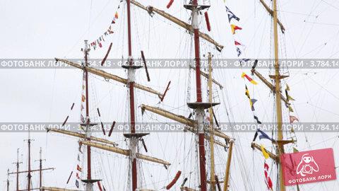Мачты парусных судов с собранными парусами и с флагами, видеоролик № 3784143, снято 20 июля 2012 г. (c) Losevsky Pavel / Фотобанк Лори