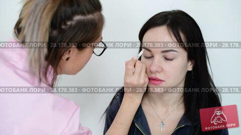 Купить «makeup artist paints eyebrows young dark-haired girls», видеоролик № 28178383, снято 14 марта 2018 г. (c) Володина Ольга / Фотобанк Лори
