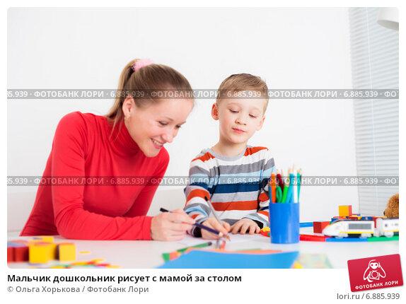 Купить «Мальчик дошкольник рисует с мамой за столом», фото № 6885939, снято 12 апреля 2011 г. (c) Ольга Хорькова / Фотобанк Лори