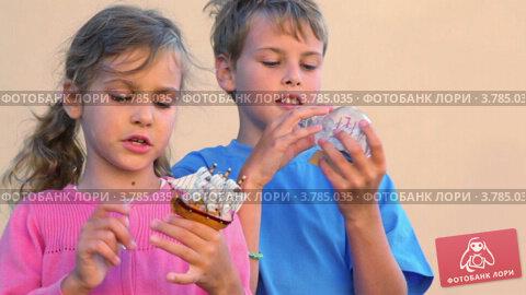 Купить «Мальчик и девочка с игрушечными кораблями», видеоролик № 3785035, снято 18 июля 2012 г. (c) Losevsky Pavel / Фотобанк Лори