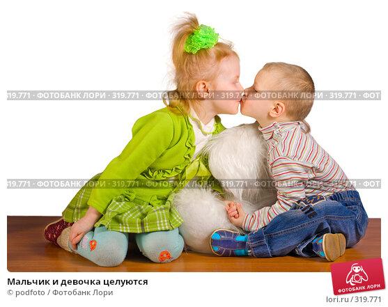 Купить «Мальчик и девочка целуются», фото № 319771, снято 19 февраля 2008 г. (c) podfoto / Фотобанк Лори